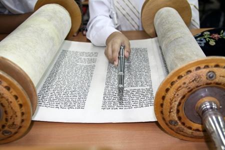 """הכנסת ספר תורה לבית כנסת """"אלישיב"""" של יוצאי אתיופיה"""